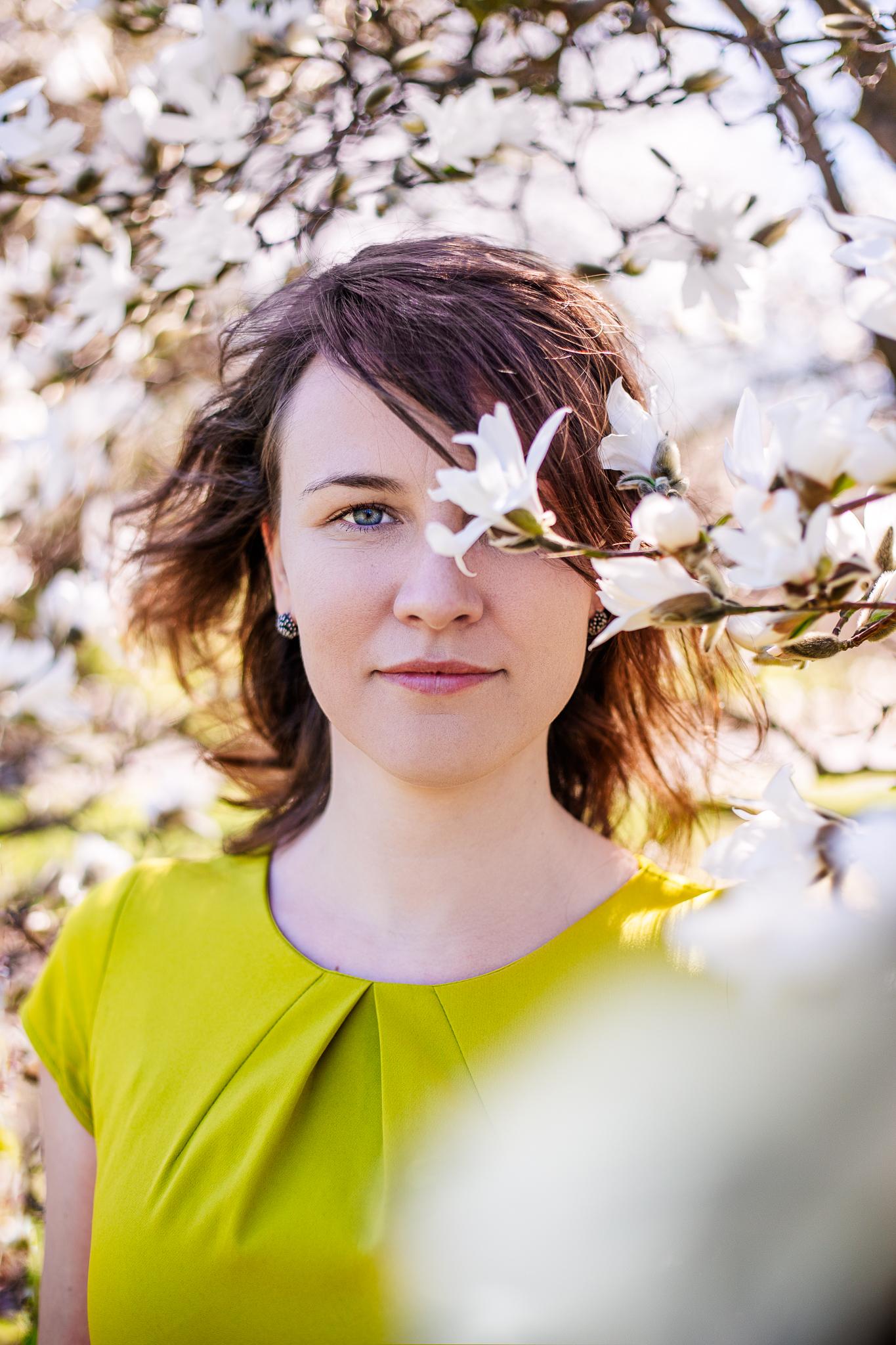 Daiga magnolijās. fotogrāfs: Linda Dambeniece-Migliniece